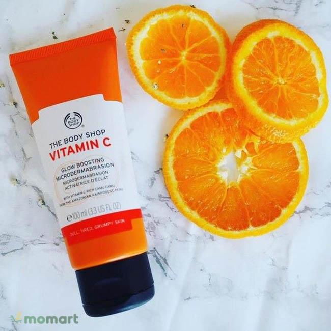 Cam là nguyên liệu chính của The Body Shop Vitamin C Microdermabrasion