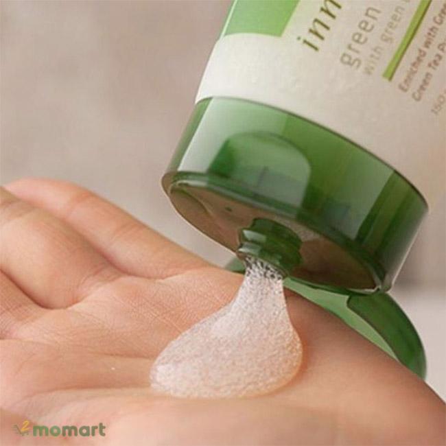 Chất kem bên trong của Innisfree Green Tea Pure Body Gel Scrub