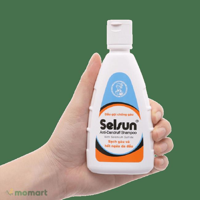 Dầu gội trị gàu Selsun trên tay người dùng